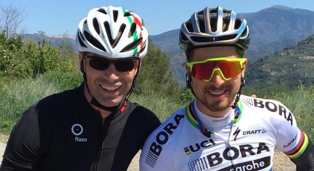 Il frate e il fuoriclasse, quel polacco con il saio che confessa i ciclisti mentre corre in bici.