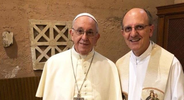 Sorpresa, sono il papa: Francesco torna parroco per un giorno e celebra un matrimonio